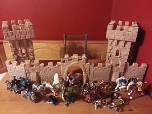 Schleich Retired Knights Castle w Figurines